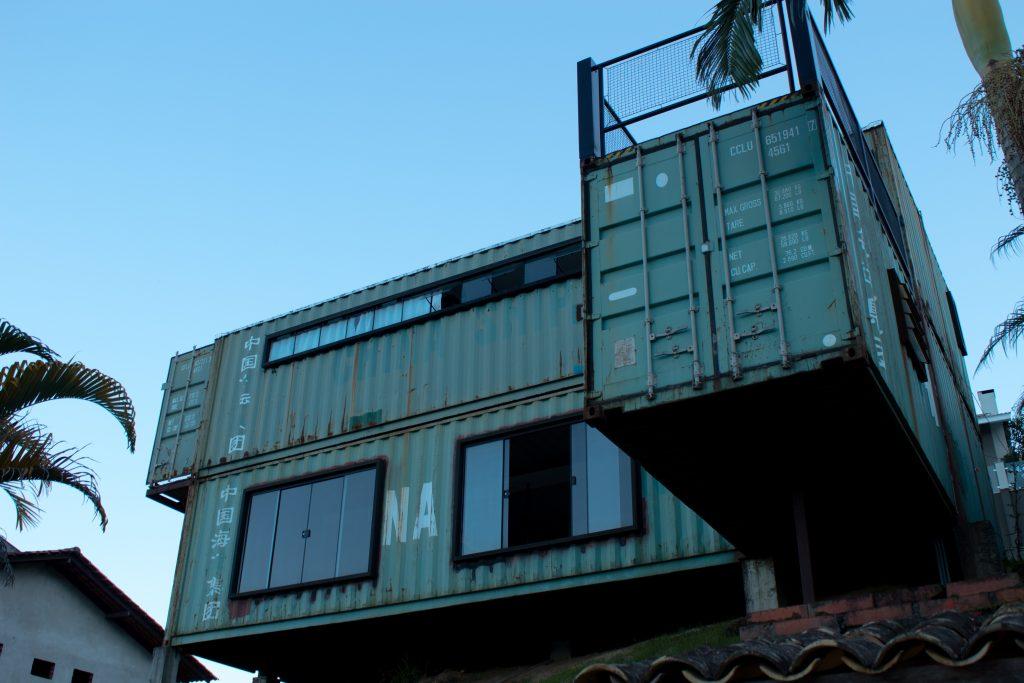 maison avec des containers
